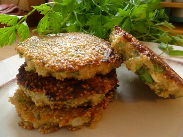 Galettes de quinoa aux herbes blog de recettes bio le for Cuisiner quinoa