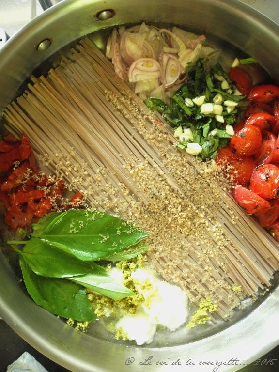 One pan pasta de soba aux tomates brûlées, basilic et chèvre