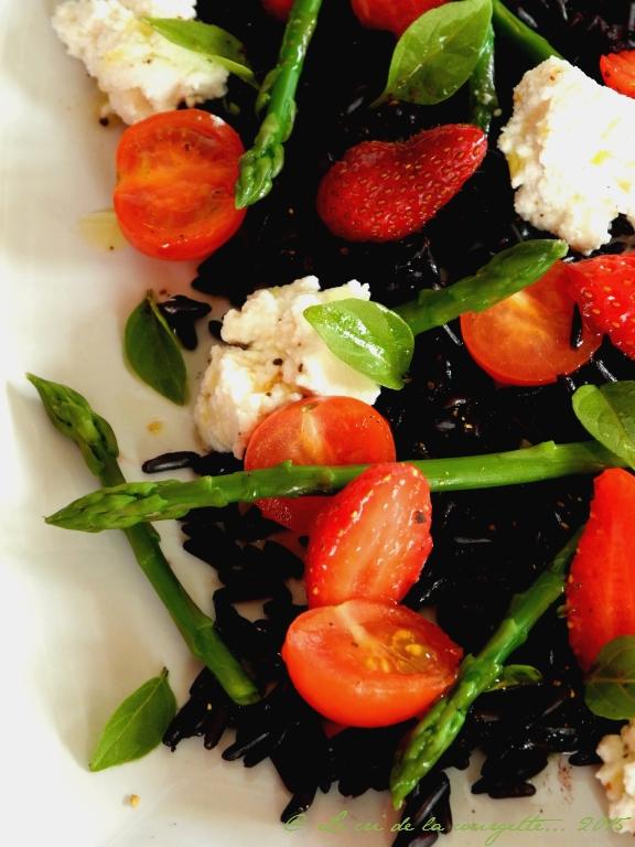 Riz noir aux asperges, fraises et greuil de brebis des Pyrénées