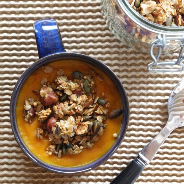 Le granola salé est le parfait allié d'une soupe veloutée améliorée ! Au-delà de l'embellir, il lui apporte du crunchy et du peps.