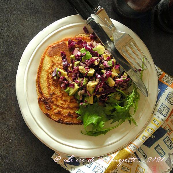 Pancakes au curcuma et salsa croquante au chou rouge {sans gluten, sans lactose}